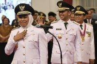 Gubernur Jawa Timur Khofifah Indar Parawansa (kiri), Wakil Gubernur Jawa Timur Emil Dardak (tengah) dan Gubernur Jambi Fachrori Umar (kanan) bersiap