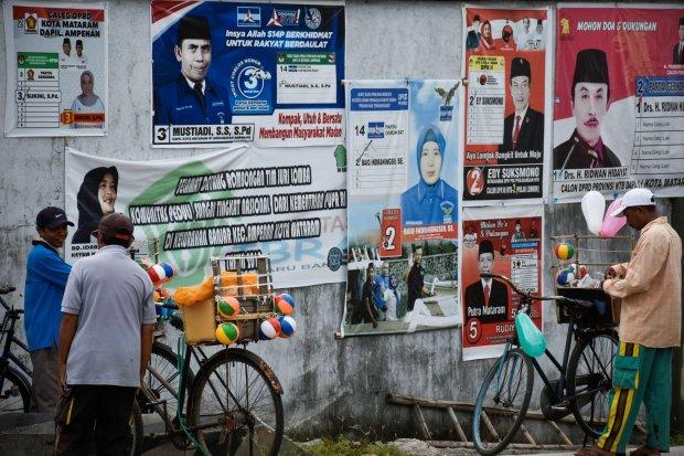 Poster calon anggota legislatif (caleg)