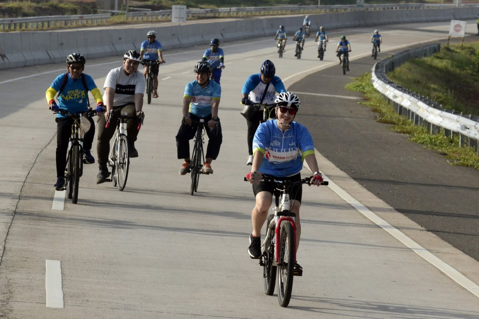Peserta sepeda gembira (Fun Bike) Tour De Bakter melintas di ruas Jalan Tol Trans Sumatera (JTTS) Natar-Terbanggi Besar Lampung Selatan, Lampung, Sabtu (9/2/2019). Kegiatan tersebut merupakan salah satu rangkaian acara peringatan Hari Jadi Ke-58 PT. Hutam
