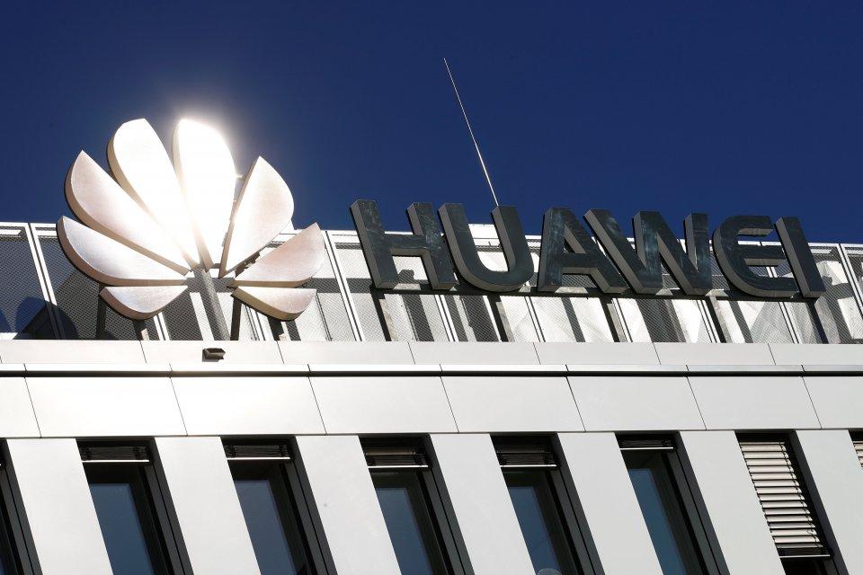 Logo perusahaan China, Huawei Technologies, bersinar terkena sinar matahari di atas kantor pusat perusahaan telekomunikasi raksasa tersebut di Duesseldorf, Jerman, Senin (18/2/2019).