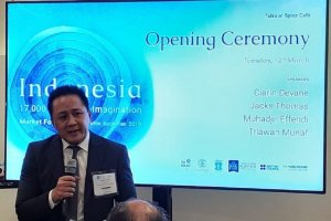 Kepala Badan Ekonomi Kreatif (Bekraf) Triawan Munaf membuka Paviliun Indonesia dalam London Book Fair (LBF) 2019 di Olympia, London