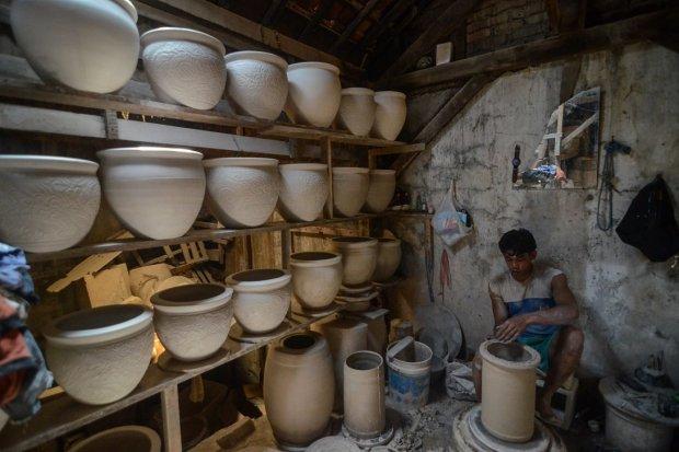 Perajin melakukan proses produksi keramik di sentra industri keramik Kiaracondong, Bandung, Jawa Barat, Rabu (27/2/2019). Produsen keramik menghadapi tekanan sejalan dengan maraknya impor.