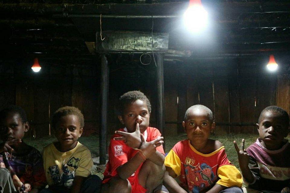 Lampu Tenaga Surya Hemat Energi (LTSHE) terangi honai di Papua.