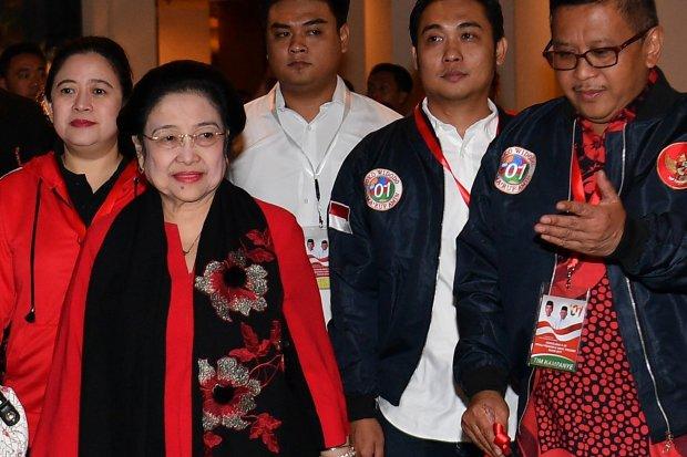 Ketua Umum PDI Perjuangan Megawati Soekarnoputri (ketiga kiri) Puan Maharani (kedua kiri) dan Sekretaris Jenderal PDIP Hasto Kristiyanto (kanan) .