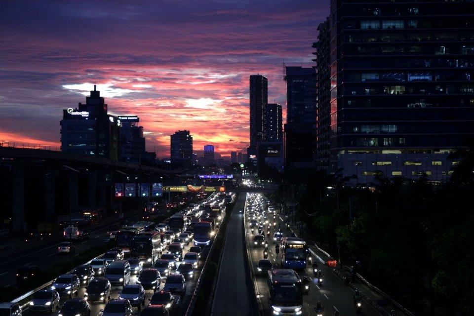 Sejumlah kendaraan terjebak macet di ruas jalan bebas hambatan atau Tol, kawasan Cawang UKI, Jakarta, Senin (18/3). Pertumbuhan jumlah motor dan mobil di Jakarta mencapai 12 persen per tahun atau berkisar 5.500 hingga 6000 unit per hari dan kepadatan jala