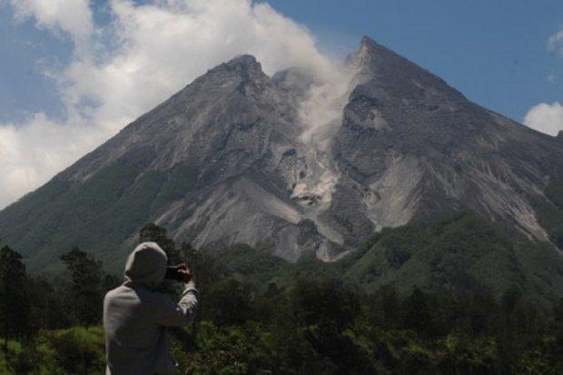 Gunung Merapi terlihat dari kawasan Deles Indah, Sidorejo, Kemalang, Klaten, Jawa Tengah.