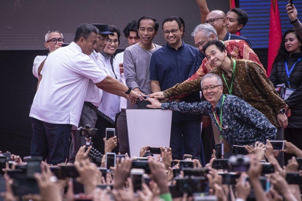 Presiden Joko Widodo (tengah kiri) bersama Gubernur DKI Jakarta Anies Baswedan (tengah kanan) serta pejabat terkait menekan tombol saat meresmikan MRT