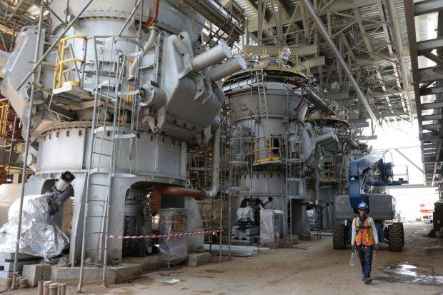 Seorang pekerja melintas di proyek program 35.000 MW di lokasi proyek PLTU Lontar, Balaraja, Banten (29/3). PT Perusahaan Listrik Negara (Persero) atau PLN menargetkan pembangunan Pembangkit Listrik Tenaga Uap (PLTU) Jawa 7 bisa beroperasi secara komersia