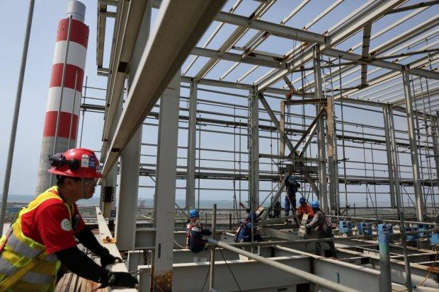 Progres proyek program 35.000 MW dan kondisi kelistrikan di wilayah regional Jawa bagian Barat di lokasi proyek PLTU Lontar, Balaraja, Banten (29/3).