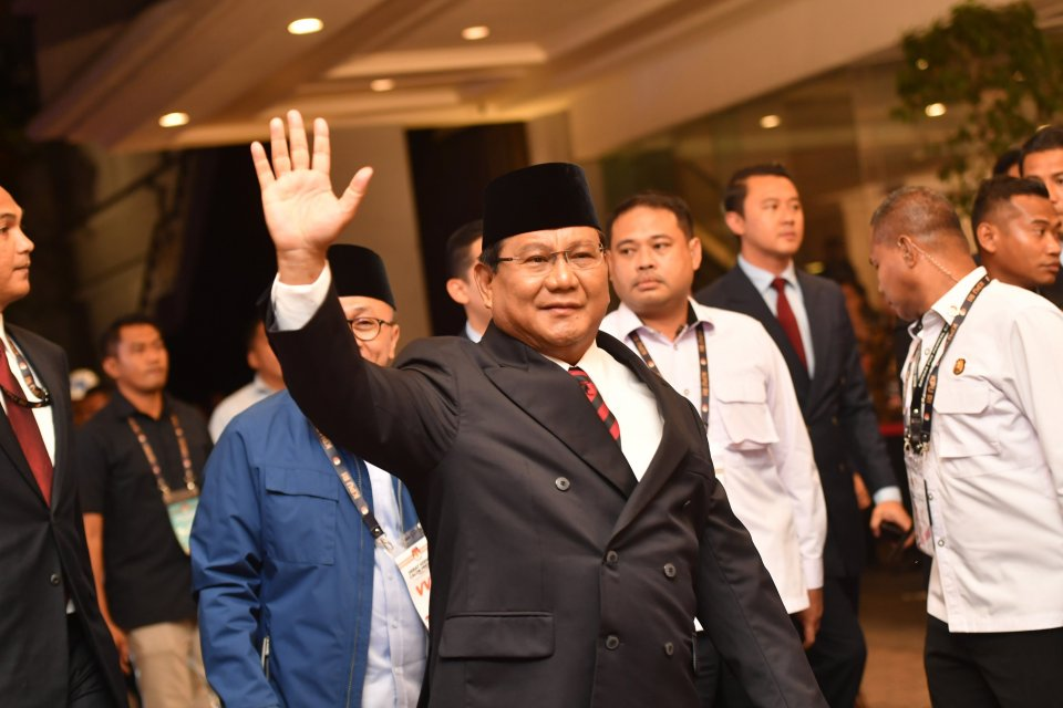 Capres nomor urut 02 Prabowo Subianto tiba di lokasi untuk mengikuti debat capres putaran keempat di Hotel Shangri-La, Jakarta, Sabtu (30/3/2019). Debat itu mengangkat tema Ideologi, Pemerintahan, Pertahanan dan Keamanan, serta Hubungan Internasional.