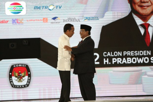 Capres nomor urut 01 Joko Widodo (kiri) dan capres nomor urut 02 Prabowo Subianto (kanan) berpelukan usai debat kedua Pilpres 2019 di Hotel Shangri-La, Jakarta, Sabtu (30/3).Debat Capres ke-4 di Pilpres 2019 mengusung tema \