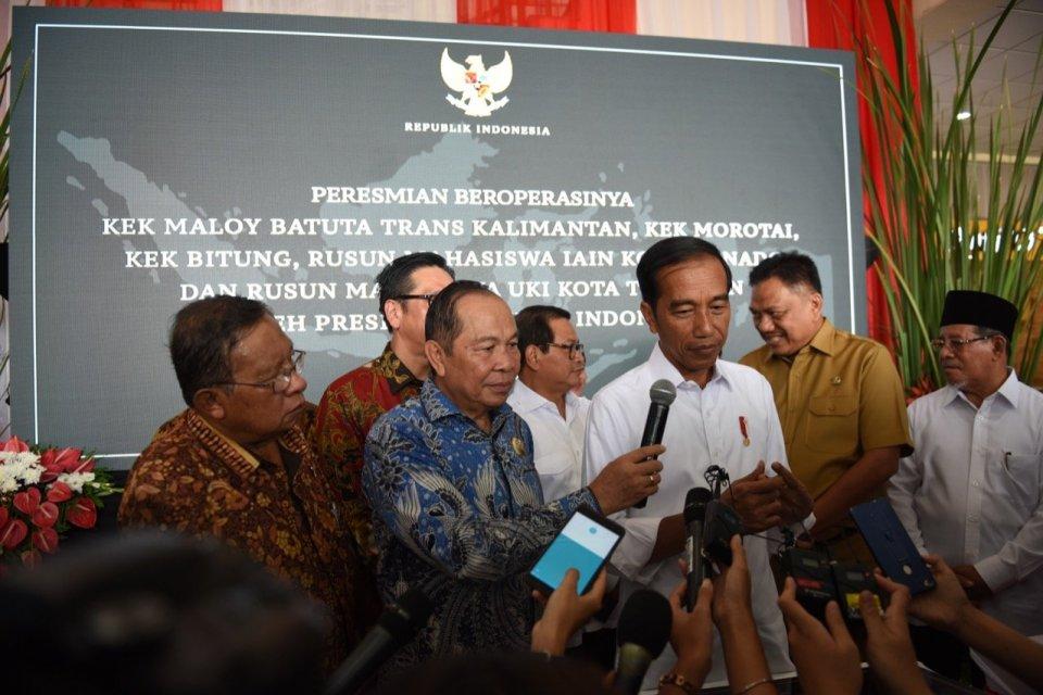 Jokowi Resmikan KEK Bitung, Morotai, dan Maloy Batuta Trans Kalimantan, di Manado, Sulawesi Utara, Senin (1/4).