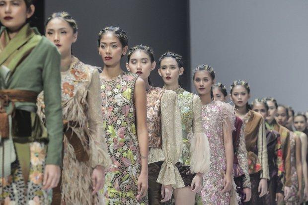 Model memperagakan busana rancangan Defrico Audy bertema Savana Muria pada ajang Indonesia Fashion Week (IFW) 2017 di Jakarta, Minggu (5/2). Savana Muria menampilkan sejumlah kain dari Kabupaten Kudus yang dirancang oleh empat perancang busana yaitu Rudy
