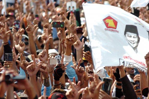 Para pendukung capres nomor urut 02 Prabowo Subianto melakukan salam dua jari dalam kampanye terbuka di Lapangan GOR Wisanggeni, Tegal, Jawa Tengah, Senin (1/4/2019). Dalam kampanye yang dihadiri ribuan simpatisan tersebut, Prabowo Subianto berjanji akan