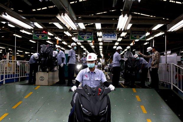 Seorang pekerja di pabrik pabrik PT Yamaha Motor Manufacturing Indonesia di pabrik Yamaha, Pulo Gadung Jakarta Timur pada hari ini Senin (3/12)