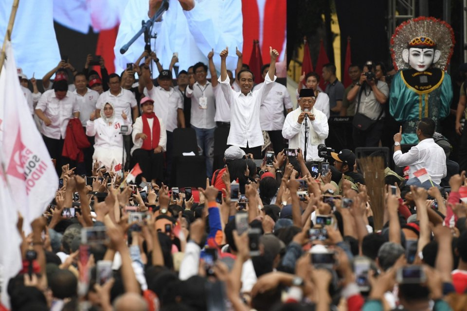 Calon Presiden dan Calon Wakil Presiden nomor urut 01 Joko Widodo (ketiga kanan) dan Maruf Amin (kedua kanan) menyapa masyarakat Tangerang saat Karnaval Indonesia Satu di Banten, Minggu (7/4/2019).