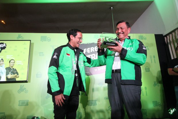 (Ki-Ka) Founder dan Global CEO Gojek Nadiem Makarim memberikan cinderamata pada Menteri Koordinator bidang Kemaritiman Luhut Binsar Pandjaitan dalam acara Konferensi Pers Mitra Juara Gojek 2019 (11/4).