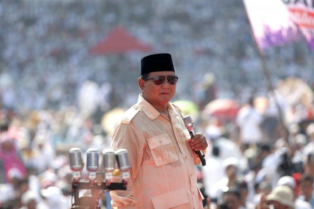 Prabowo Subianto dalam acara kampanye akbar di Gelora Bung Karno, Jakarta (7/4). Calon presiden Prabowo Subianto menyampaikan hasil hitungan jumlah orang yang hadir di kampanye akbarnya hari ini. Dia menyatakan jumlah massa kampanye di Stadion Utama Gelor