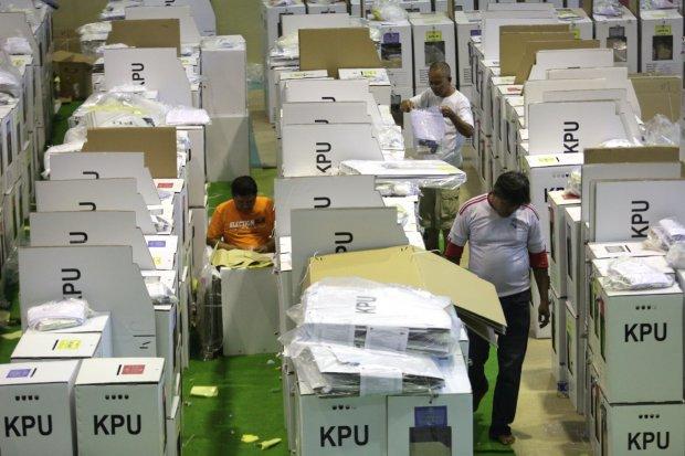 Petugas PPSU dan PPK tengah membereskan logistik Pemilu 2019 di Kawasan Tanah Abang, Jakarta Pusat (15/4).