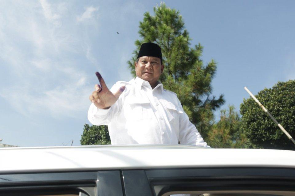 Calon Presiden nomor urut 02 Prabowo Subianto menunjukan surat suara saat pencoblosan pada Pemilu serentak 2019 di TPS 041, Desa Bojong Koneng, Babakan Madang, Bogor, Jawa Barat, Rabu, 17 April 2019.