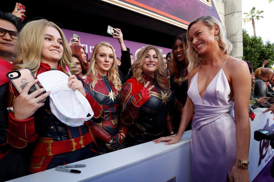 Aktris Brie Larson berpose dengan penggemar di karpet merah penayangan perdana film \\\