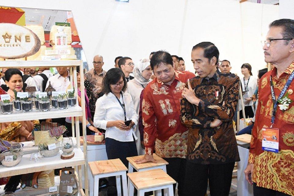 Menteri Perindustrian Airlangga Hartarto mendampingi Presiden Republik Indonesia Joko Widodo saat meninjau Pameran Inacraft ke-21 di Jakarta, 24 April 2019.