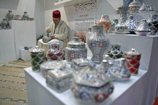 Ilustrasi pameran kerajinan. Perajin menyelesaikan pembuatan keramik Maroko saat pameran International Handicraft Trade Fair (Inacraft) 2019 yang dibuka Presiden Joko Widodo, di Jakarta, Rabu (24/4/2019). Presiden dalam sambutannya mengapresiasi kualitas