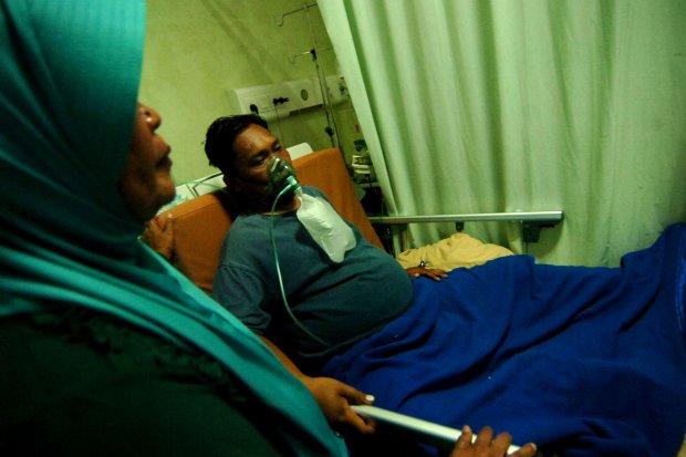Anggota KPPS Wahyu Army menjalani perawatan di Rumah Sakit PKU Muhammadiyah, Singkil, Kabupaten Tegal, Jawa Tengah, Selasa (23/4/2019). Menurut pihak rumah sakit, Wahyu Army mengalami sesak napas karena diduga kelelahan saat menjadi anggota KPPS di TPS 05