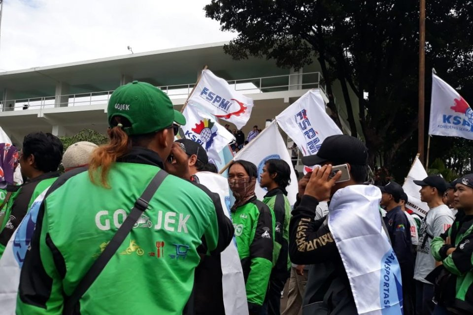 Suasana aksi memperingati hari buruh di Tennis Indoor Senayan, Jakarta, Rabu (1/5).