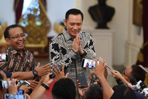 Komandan Komando Satuan Tugas Bersama (Kogasma) Partai Demokrat Agus Harimurti Yudhoyono (AHY) (kanan) didampingi Mensesneg Pratikno (kiri) memberikan salam kepada wartawan usai bertemu Presiden Joko Widodo di Istana Merdeka, Jakarta, Kamis (2/5/2019). Ke