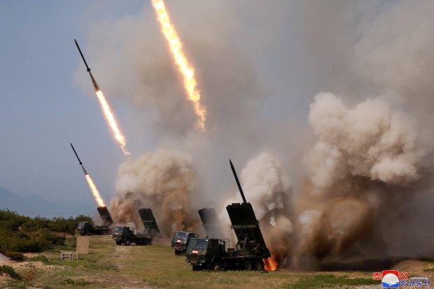 """Militer Korea Utara melakukan """"latihan serang"""" untuk beberapa peluncur dan senjata taktis ke Laut Timur dalam sebuah latihan militer di Korea Utara, dalam foto yang disiarkan oleh Pusat Agensi Berita Korea Utara (KCNA), Sabtu (4/5/2019)."""