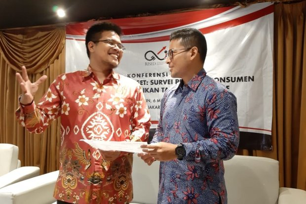 (Dari kiri ke kanan) Ketua Tim Peneliti RISED Rumayya Batubara dan Ekonom Unibersitas Indonesia Fithra Faisal dalam konferensi hasil survei RISED mengenai 'Persepsi Konsumen terhadap Kenaikan Tarif Ojek Online' di Cikini, Jakarta, Senin (6/5)