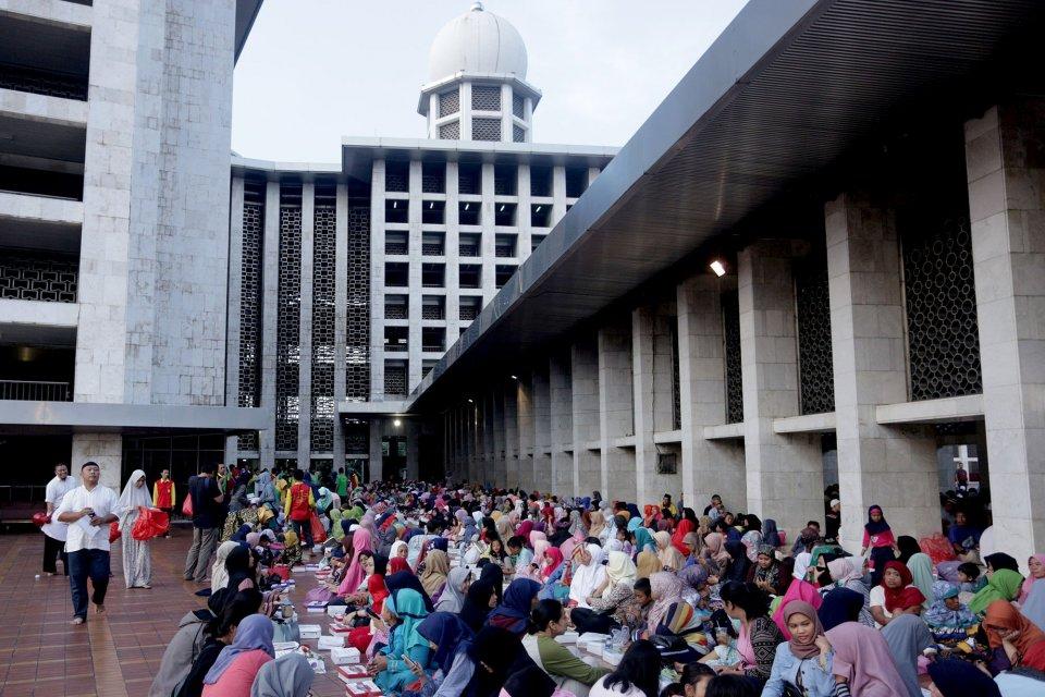 Riset: 52% Warga RI Kurangi 'Ngabuburit' Saat Ramadan karena Corona