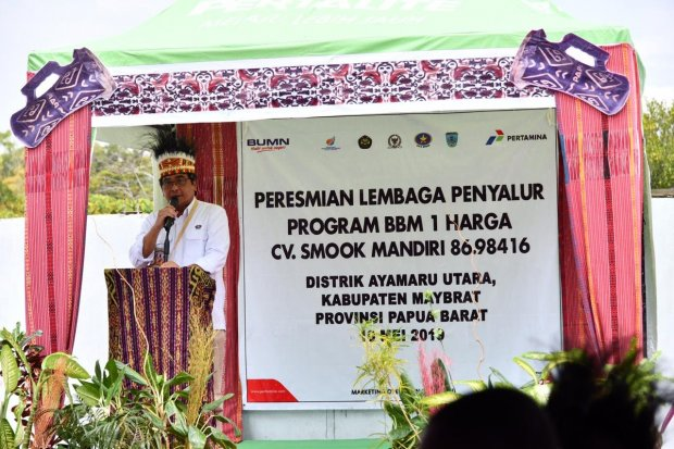 Anggota Komite BPH Migas, M.Ibnu Fajar meresmikan lembaga penyalur BBM Satu Harga di Ayamaru Utara pada Jumat (10/5)