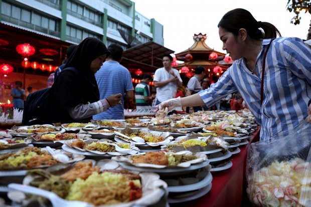 Warga Tionghoa Sajikan Buka Puasa Gratis