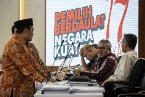Ketua KPU Arief Budiman dan para komisioner berbincang dengan anggota Bawaslu Mochammad Afifuddin di sela Rapat Pleno Rekapitulasi Hasil Penghitunga
