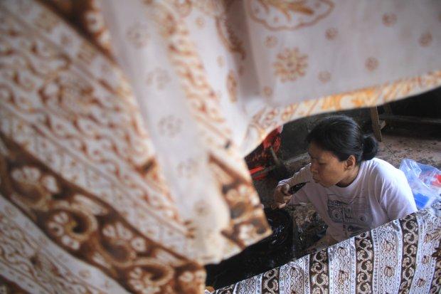 Perajin menyelesaikan pesanan batik tulis di Paoman, Indramayu, Jawa Barat, Minggu (19/5/2019). Perajin mengaku pesanan batik untuk bahan busana Lebaran meningkat hingga 70 persen dibanding bulan biasanya.