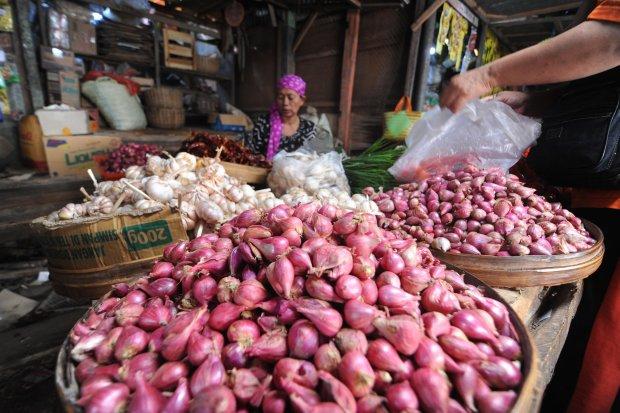 Pedagang bawang melayani pembeli di Pasar Kolpajung, Pamekasan, Jawa Timur, Senin (20/5/2019). Memasuki pekan ketiga bulan Ramadhan 1440 H, harga sembako di daerah itu relatif stabil, sebaliknya harga bawang merah mengalami kenaikan dari Rp23.000 menjadi