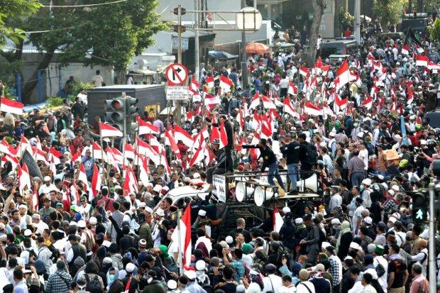 Sejumlah masa yang tergabung dalam Gerakan Kedaulatan Rakyat melakukan aksi di depan Kantor Bawaslu RI, Jakarta Pusat (21/5). Aksi ini merupakan penolakan terhadap hasil rekap pemilu 2019.