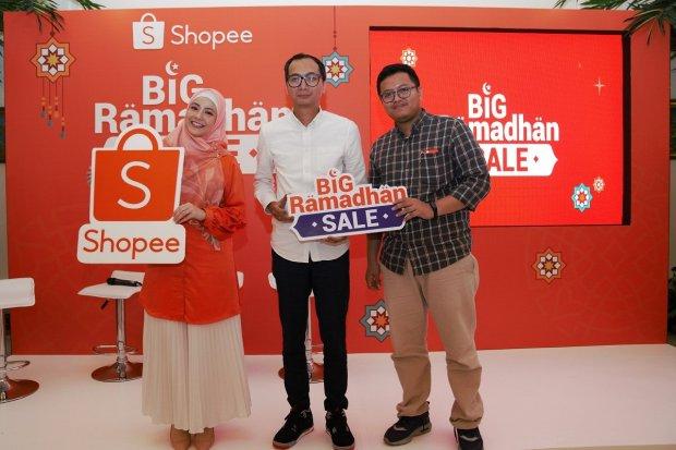 (Kiri ke kanan) Natasha Rizky, Country Brand Manager Shopee Indonesia Rezki Yanuar, dan Peneliti INDEF Nailul Huda
