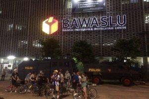 Warga Jakarta berbondong-bondong mengunjungi Bawaslu pada Kamis (23/5) untuk melihatkondisi terakhir setelah demonstrasi dua hari.