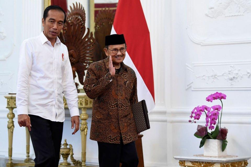 Presiden Joko Widodo (kiri) menyambut Presiden ketiga RI BJ Habibie (kanan) di Istana Merdeka, Jakarta, Jumat (24/5/2019). Dalam pertemuan tersebut BJ Habibie mengucapkan selamat atas terpilihnya kembali Presiden Joko Widodo untuk periode 2019-2024 berdas