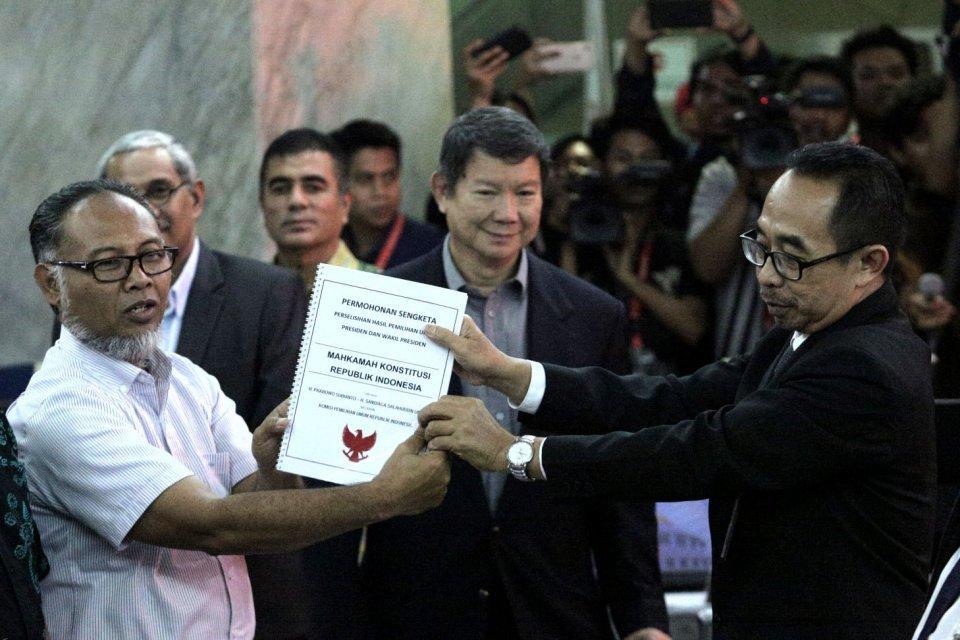 Ketua tim hukum BPN Bambang Widjojanto bersama penanggung jawab tim hukum Hashim Djojohadikusumo, dan sejumlah anggota tim hukum mendaftarkan gugatan sengketa hasil Pemilihan Presiden 2019 di Mahkamah Konstitusi. Jakarta, Jumat, 24 Mei 2019.