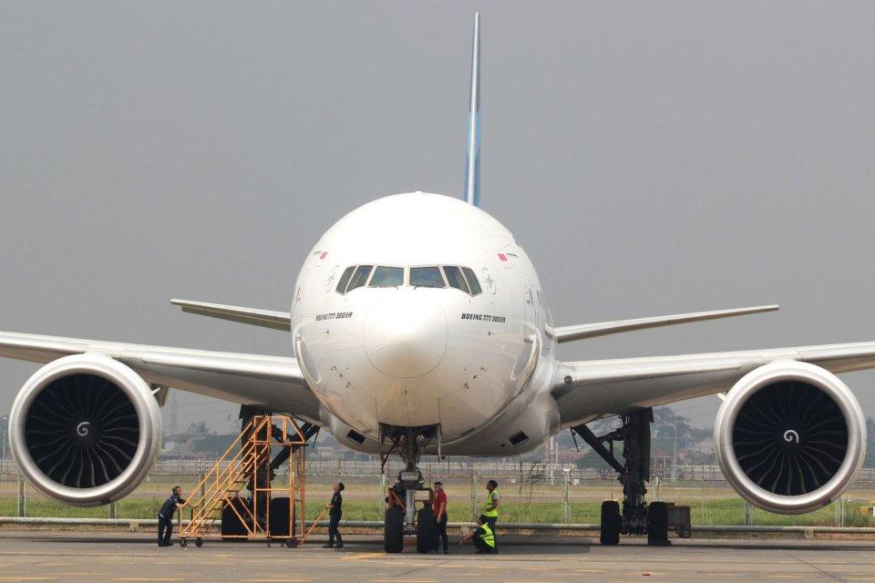 Teknisi pesawat dari Garuda Maintenance Facility (GMF) melakukan perawatan dan perbaikan mesin pesawat City link di Hanggar GMF Bandara Soekarno Hatta, Tangerang, Banten, Minggu (26/5/2019). Dengan dilakukannya perawatan rutin seluruh pesawat dan laik ter