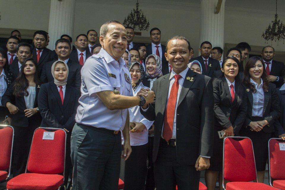 Gubernur Lemhanas Letjen TNI (Purn) Agus Widjojo (kiri) berjabat tangan dengan Ketua Umum BPP HIPMI Bahlil Lahadalia (kanan) usai pembukaan Diklatnas Lemhanas BPP HIPMI di Gedung Lemhanas, Jakarta, Senin (8/10).