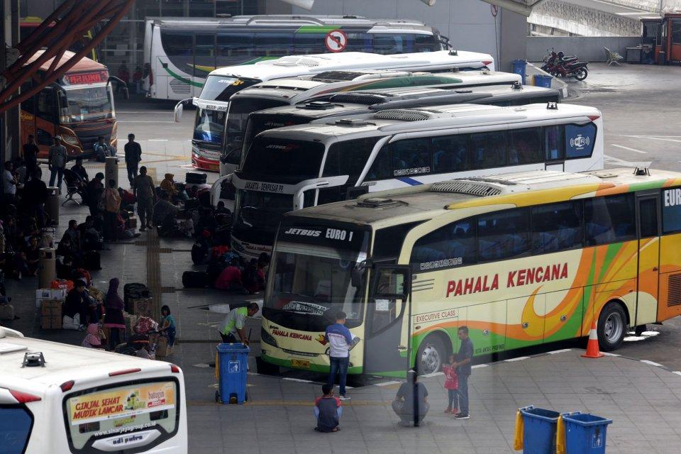 Situasi di Terminal Pulogebang pada H-9 Lebaran, Senin (27/5/2019) terpantau masih belum padat. Sejumlah perusahaan otobus (PO) di Terminal Pulogebang mencatat lonjakan jumlah penumpang yang hendak mudik ke Pulau Sumatera. Lonjakan tersebut lebih-lebih di