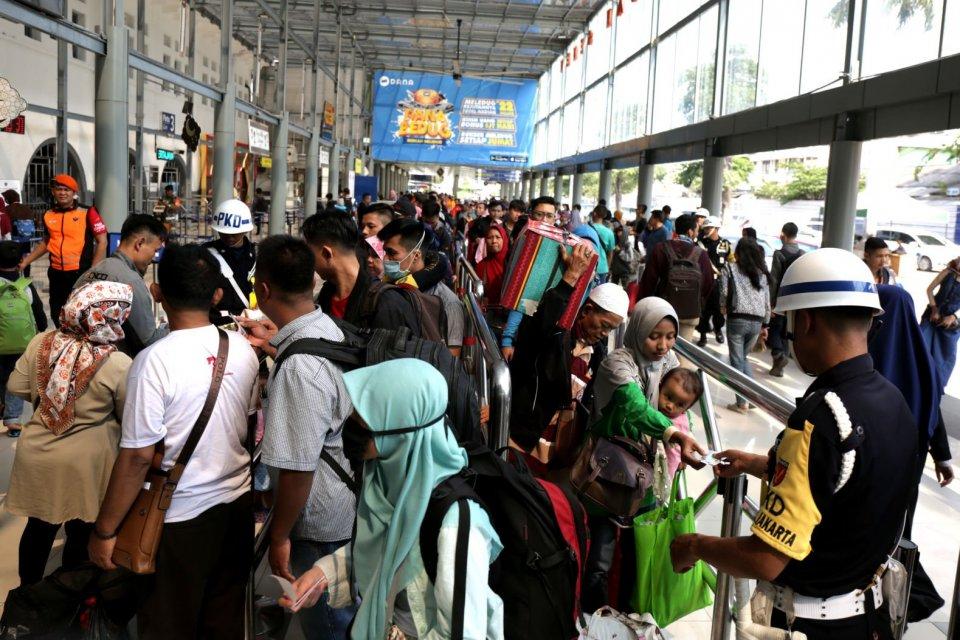 Ilustrasi, suasana arus mudik di stasiun kereta api. Survei KIC menyebutkan meski sebagian besar responden menyatakan tidak mudik, namun masih ada 12% menyatakan tetap ingin mudik.