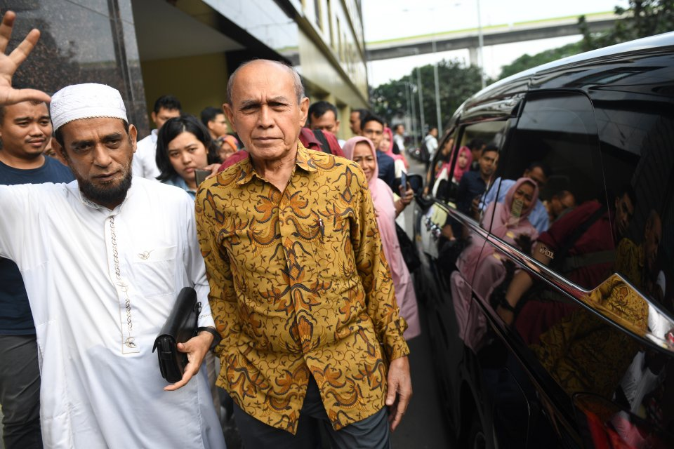Mayor Jenderal TNI Purn Kivlan Zen (kanan) berjalan meninggalkan Bareskrim Polri usai menjalani pemeriksaan di Jakarta, Senin (13/5/2019). Kivlan diperiksa terkait kasus dugaan penyebaran berita bohong dan melakukan makar.