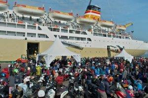 Pemudik Sepeda Motor Menggunakan Kapal Laut