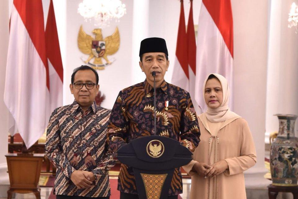 Presiden Joko Widodo, didampingi Ibu Negara Iriana Joko Widodo dan Menteri Sekretariat Negara Pratikno, menyampaikan pidato duka cita atas meninggalnya Ani Yudhoyono, Istri Presiden RI ke-6 Susilo Bambang Yudhoyono.